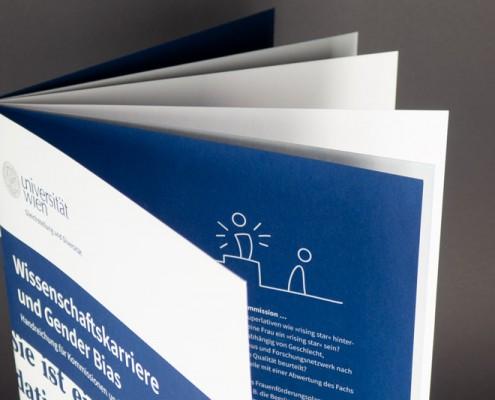Blick in die Broschüre: die äußeren acht Seiten sind auf festerem Papier gedruckt.